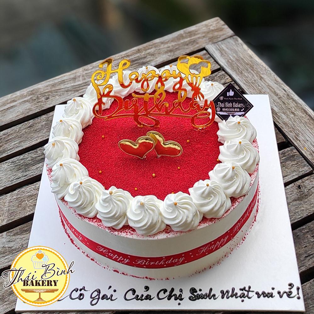 Bánh kem xoáy hoa đỏ cắm chữ happy birthday