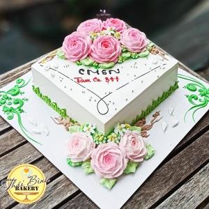 Bánh kem bắt hoa hồng kèm vẽ hoa văn sang trọng