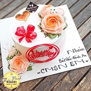 Bánh kem bắt hoa hồng cam cắm tim vàng