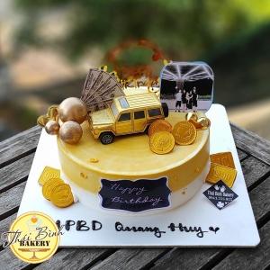 Bánh kem ô tô vàng cắm bóng in ảnh tặng gia đình